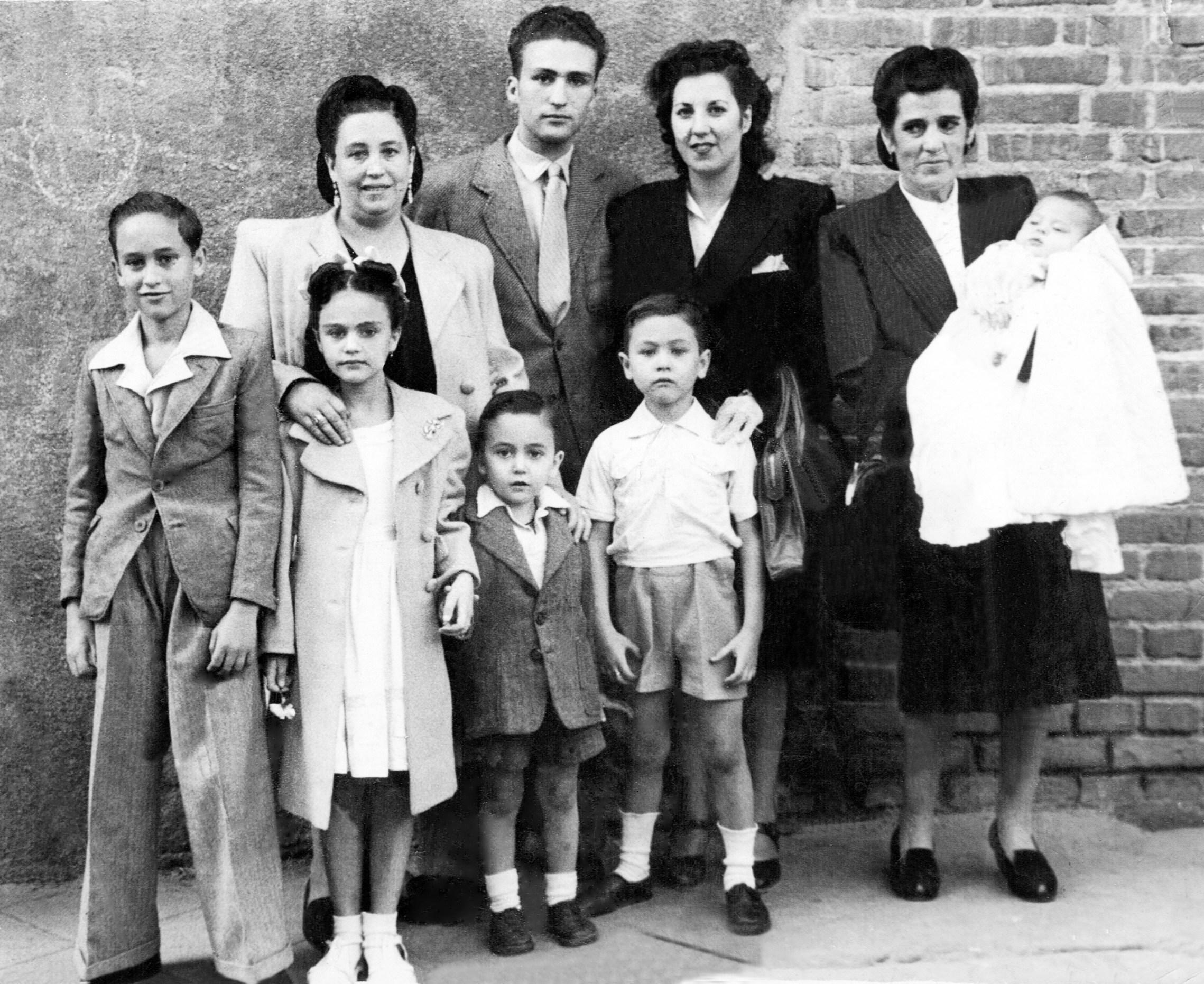 10 - Mi hermano Luis, mi Mamá, mi hermana Remedios, mi hermano Pepe, mi hermano Carlos, mi prima Pura, Angel, mi tia Eugenia y un bebe
